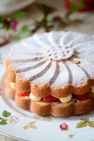 マルグリット型の苺とバナナのケーキ